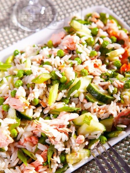 Салата с ориз, грах, краставица и филе сьомга - снимка на рецептата